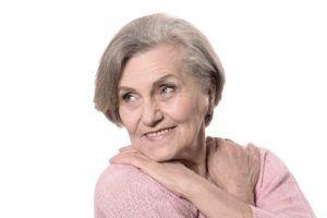Oudere vrouw die haar decollete bedekt