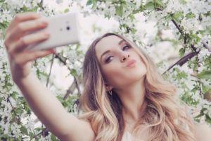 jonge-vrouw-maakt-foto-van-haar-lippenintroductiefoto